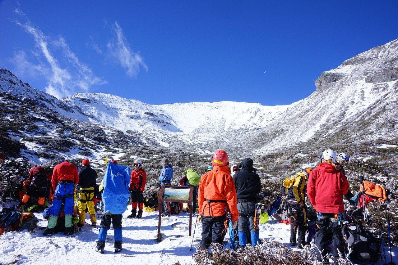 到陌生環境爬山,裝備更要齊全,雪地登山,硬底登山鞋套六爪以上冰爪是最基本的裝備。...