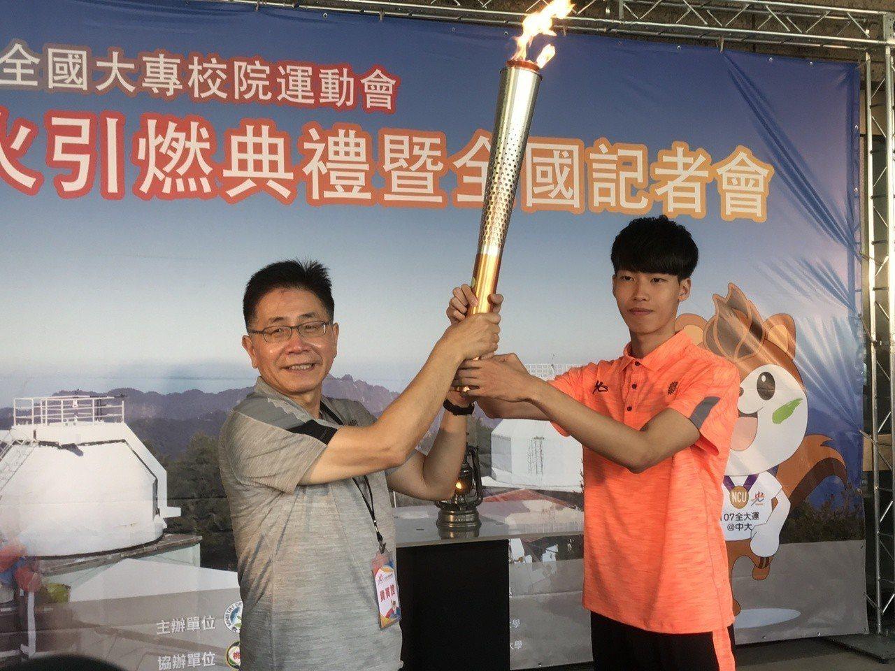 中央大學校長周景揚(左)將聖火交到聖火隊手上。記者毛琬婷/攝影