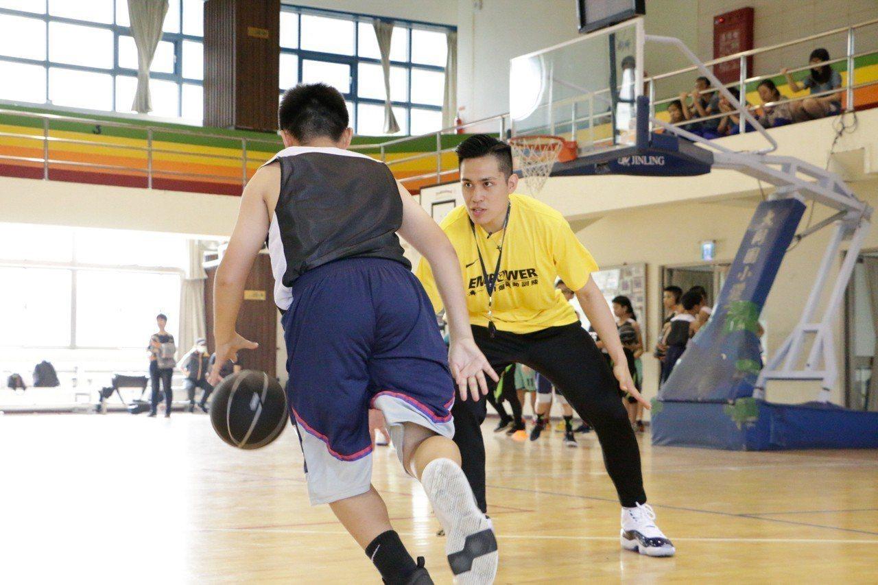 陳盈駿(右)擔任訓練營總教練。圖/EMPOWER引爆運動訓練提供