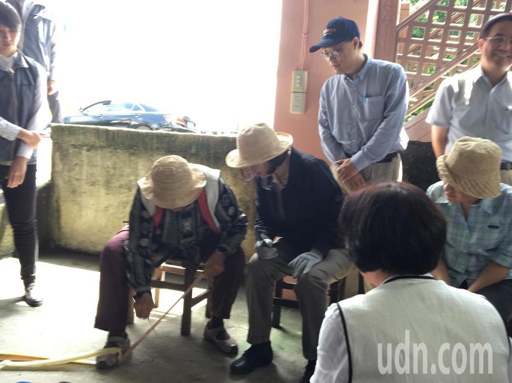 蔡總統參訪花蓮豐濱鄉「新社香蕉絲工坊」,親自體驗刮香蕉絲。記者周佑政/攝影