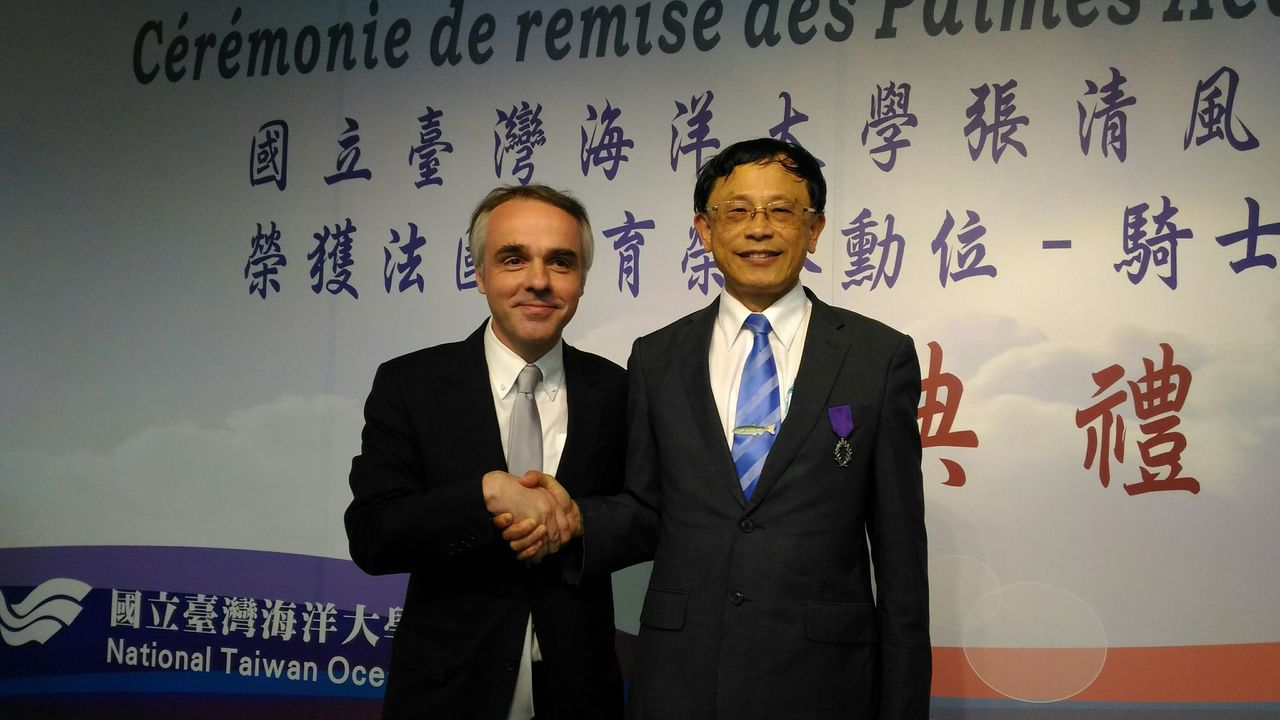 台灣海洋大學校長張清風(右)今天獲法國在台協會主任紀博偉(左)親自頒贈「法國教育...