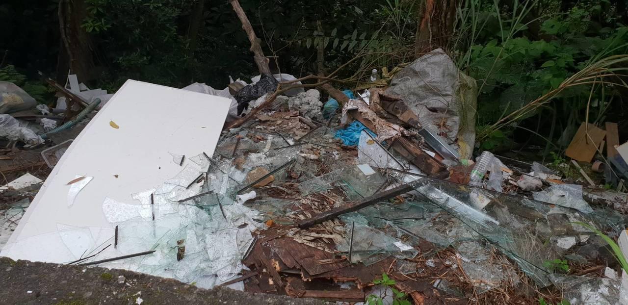 基隆七安產業道路滿目瘡痍,惡劣裝潢業者傾倒廢棄物被逮。記者游明煌/翻攝