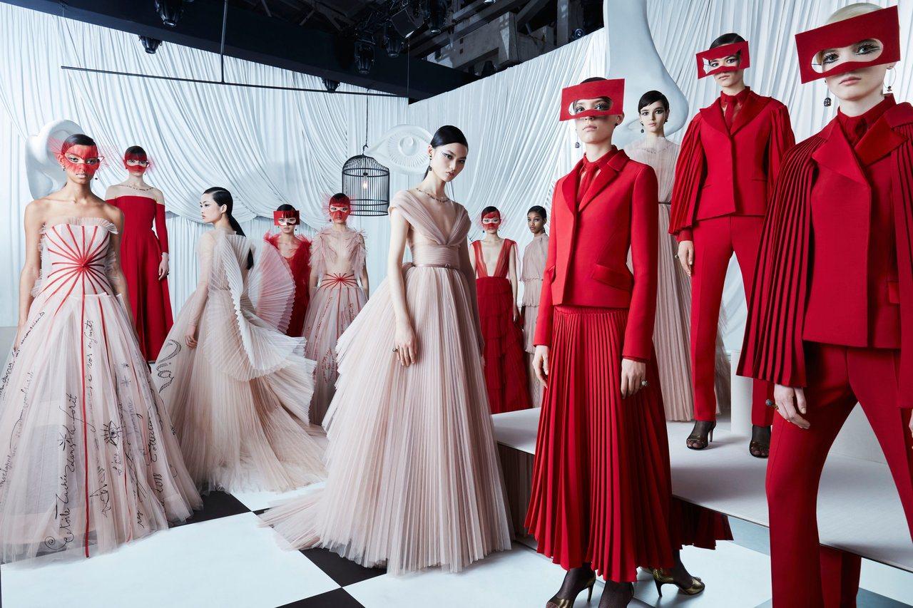 Dior上海大秀全新亮相的10套高級訂製服服裝以扇子為創作靈感,並以紅色為貫穿創...