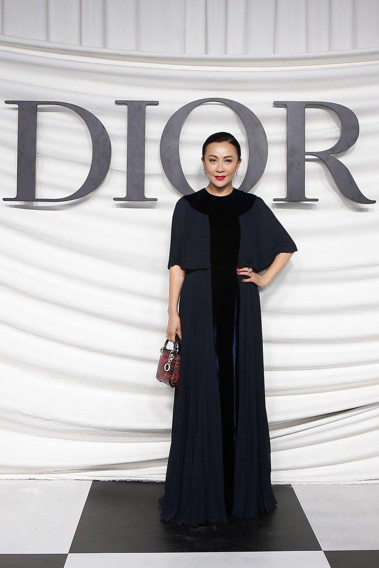 女星劉嘉玲則選擇了深色系的黑色與深藍色百褶絲質晚禮服,配上紅黑色刺繡Lady D...