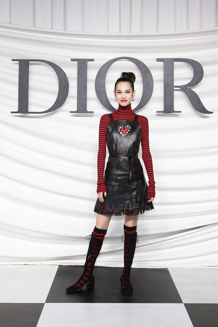 日本超模水原希子則選擇穿上皮革流蘇綴飾短洋裝搭配網狀長靴,展現Dior服裝俏皮活...