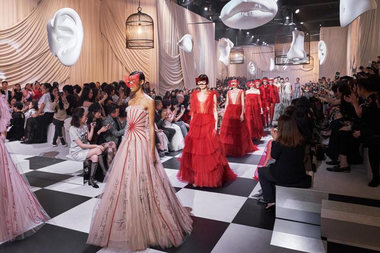Dior 2018春夏高級訂製服上海大秀增添10款以扇子和代表性的紅色為靈感的全...