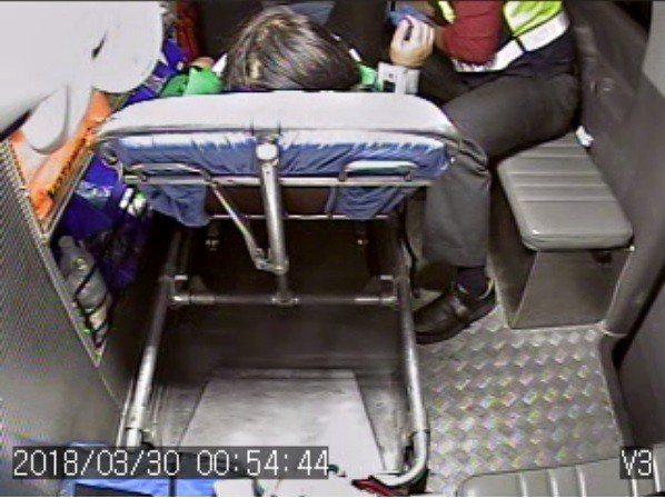 宜蘭縣一名孕婦半夜要生孩子,消防局護送,在蘇花公路途中,兩名未婚消防員順利接生。...