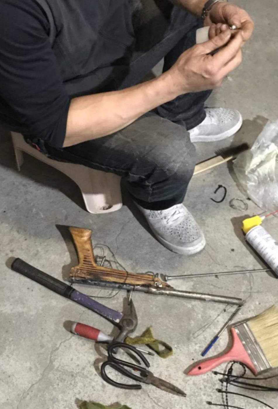 新竹一名黃姓木工將改造釘槍,並把槍身前段加裝槍頭,利用工業用底火推進大頭釘或鋼珠...