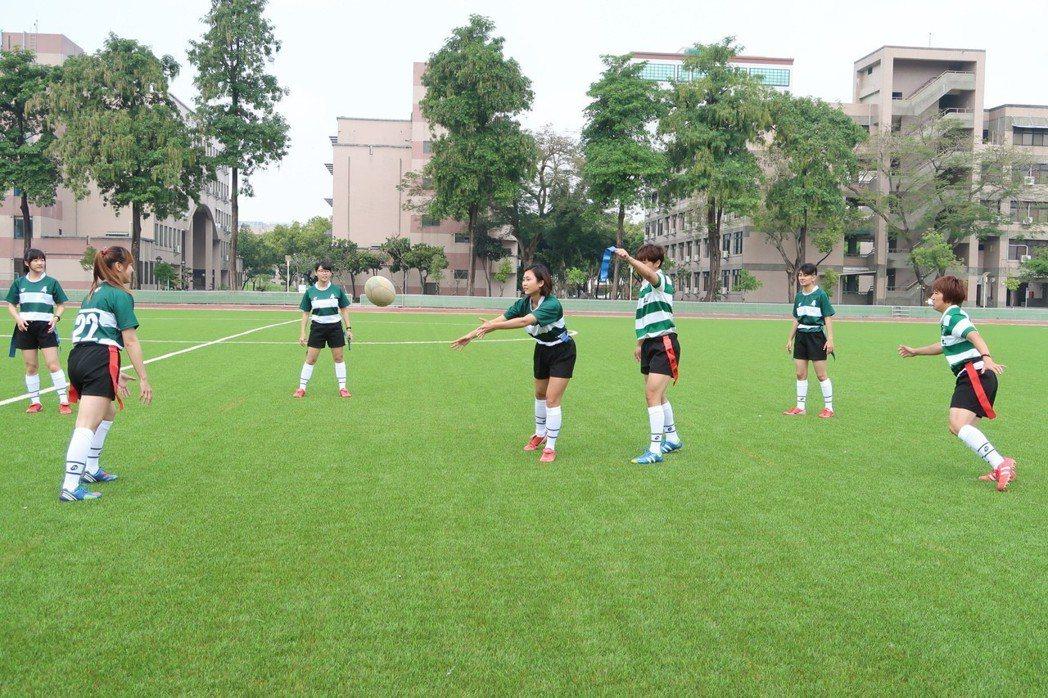 屏東大學女子抱回全國橄欖球錦標賽冠軍。記者翁禎霞/攝影