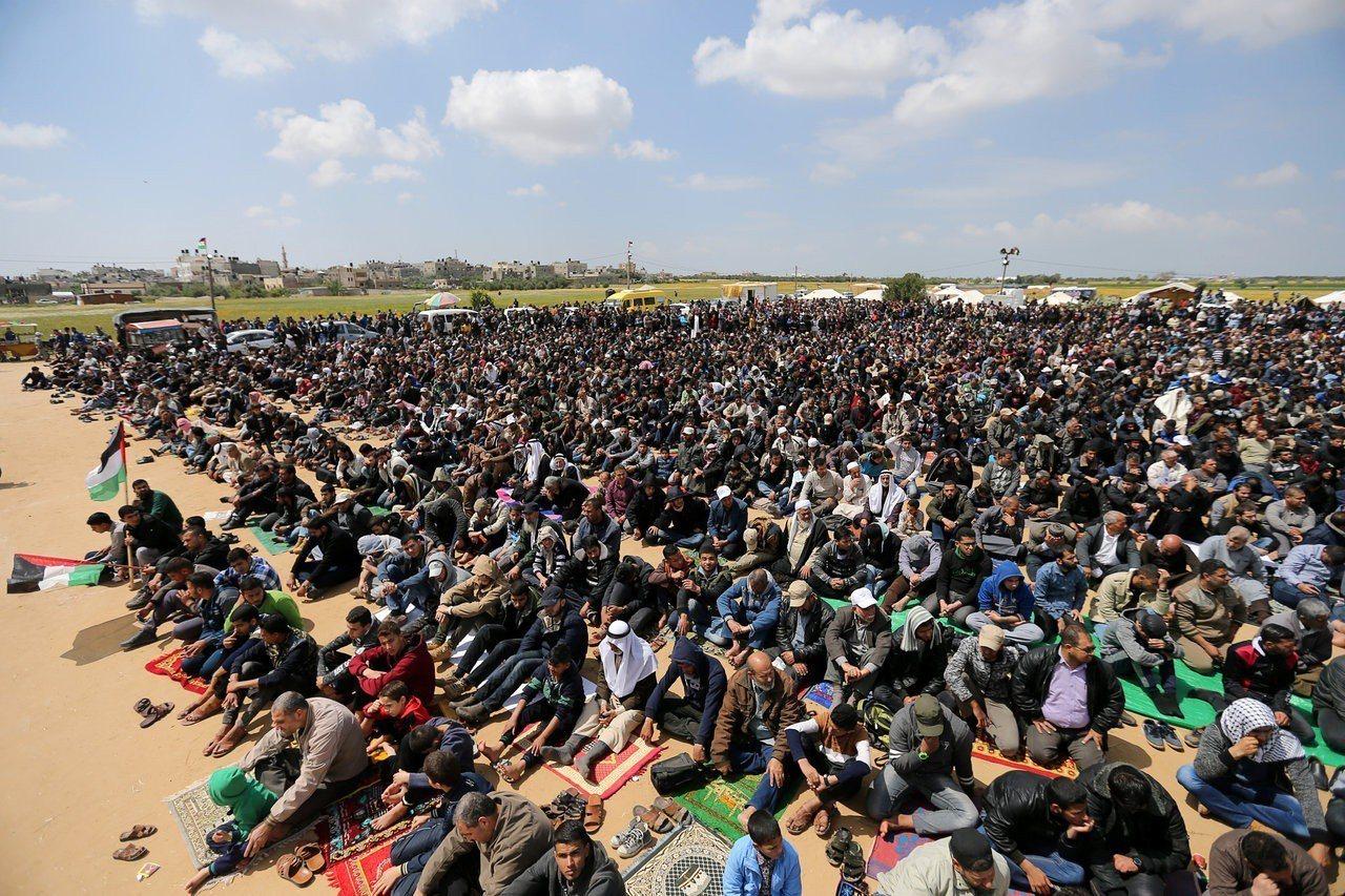 巴勒斯坦民眾30日在加薩走廊與以色列邊界附近靜坐。(路透)