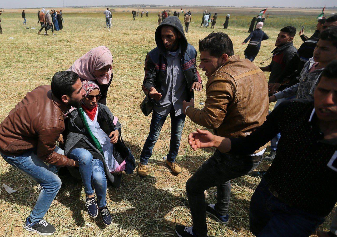 一名巴勒斯坦婦人30日在巴人和以軍的衝突中受傷。(路透)