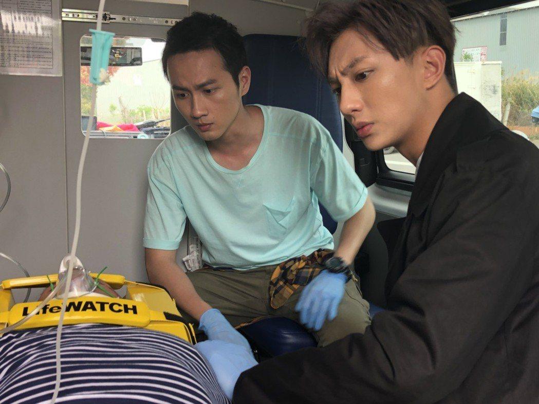 明杰(右)、張捷拍攝上救護車的戲。圖/民視提供