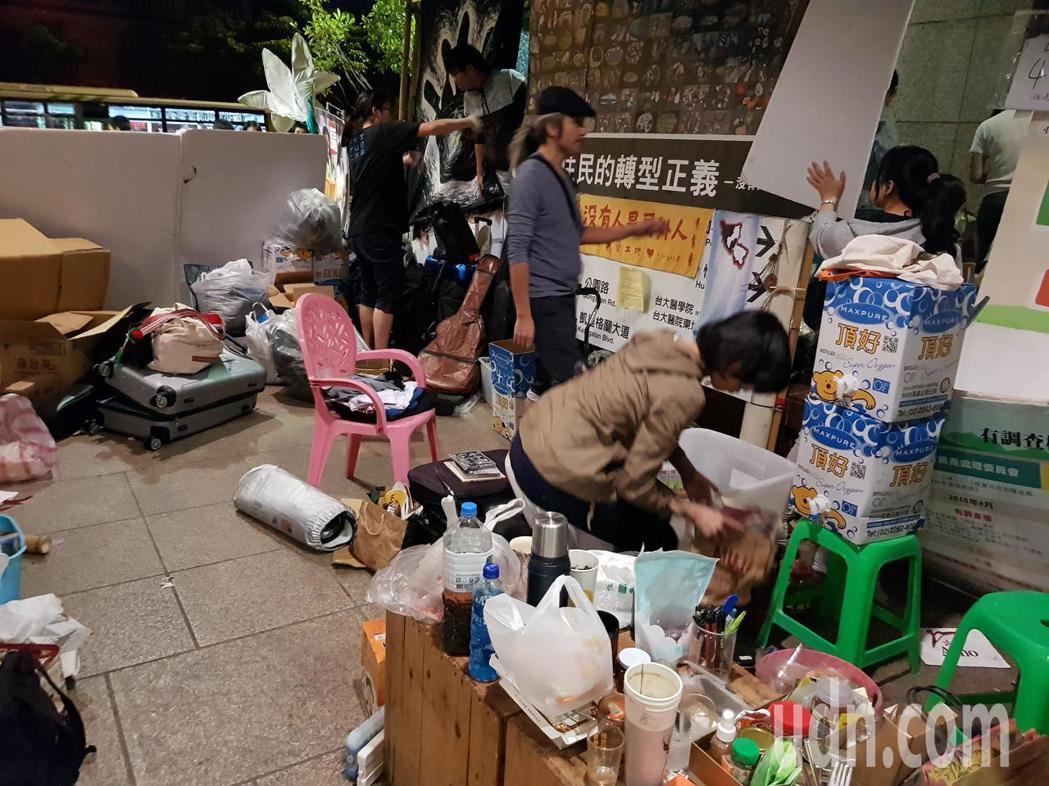 長期在台北捷運台大醫院站1號出口外「駐點」的「原轉小教室」即將遭驅離,今晚有成員...