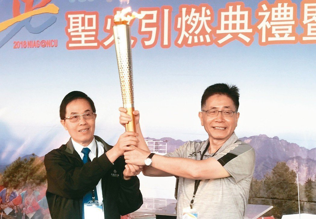 體育署副署長王水文(左)將聖火交至中央大學校長周景揚手上。 記者毛琬婷/攝影