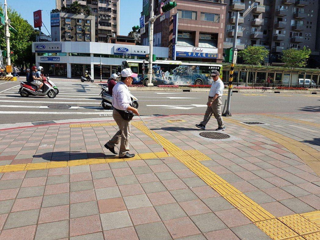 內政部營建署近年陸續研究人行道導盲磚有效的設置模式,台北大安森林公園周邊人行道,...