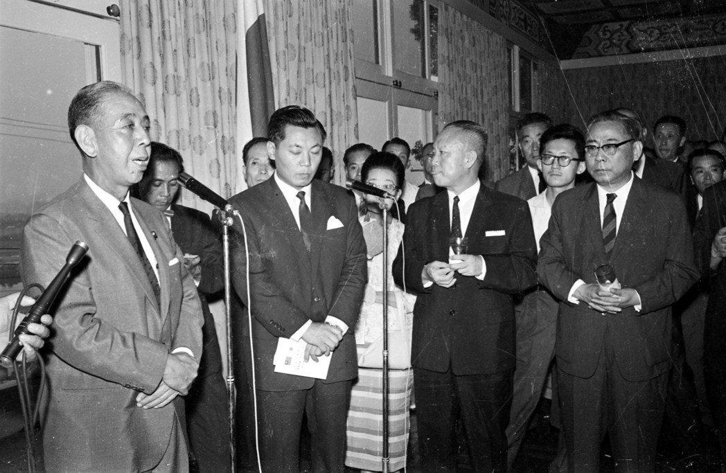 1961訪台的日本前首相岸信介(左)。 圖/聯合報系資料照片