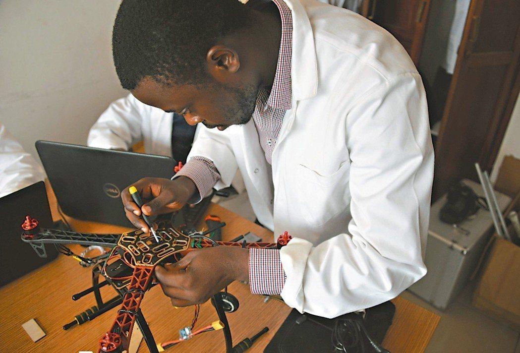 新創公司Will & Brothers已在杜阿拉市展示第一架「喀麥隆製」的無人機...