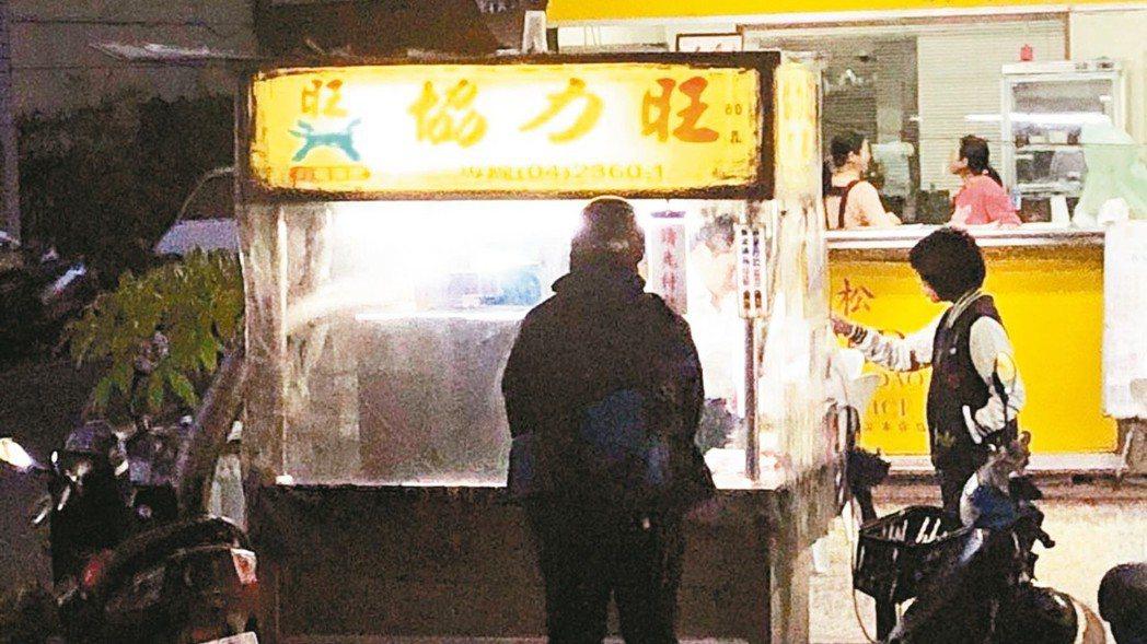 松竹路的「協力旺」香雞排,是台中知名的排隊美食。 記者宋健生/攝影