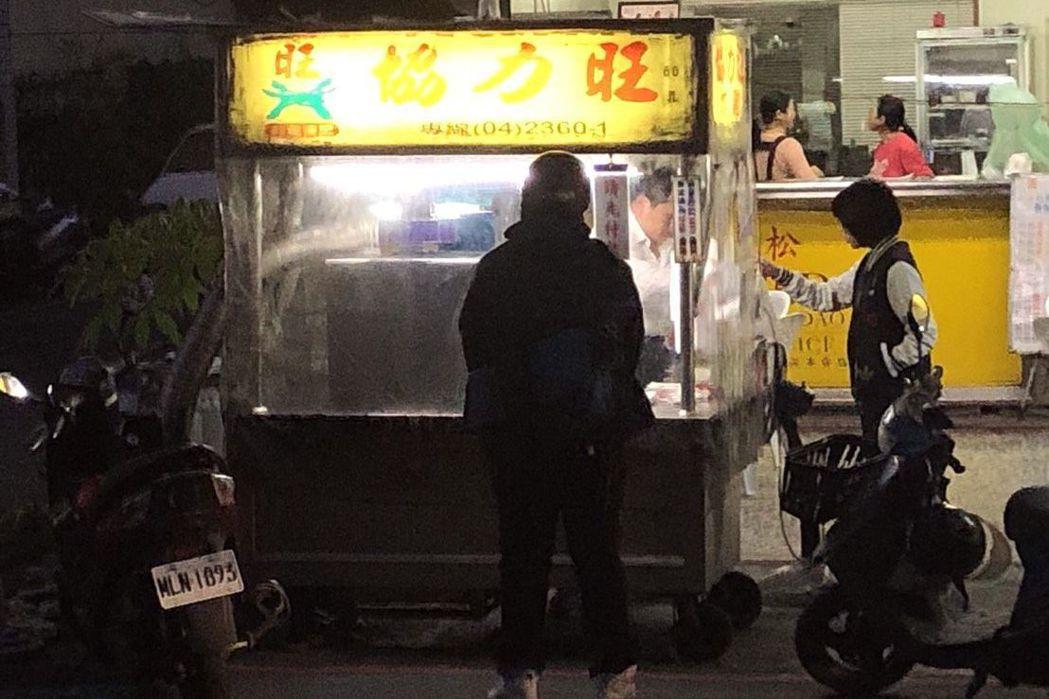 位於松竹路上的「協力旺」香雞排,是台中知名的排隊名店。雞排現炸馬上吃,皮酥肉多汁...