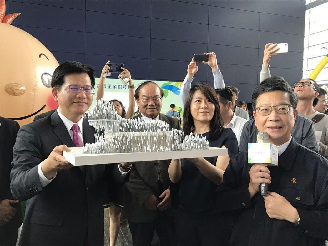 台中市長林佳龍聽取正隆森隆活虎館的簡報  正隆公司/提供