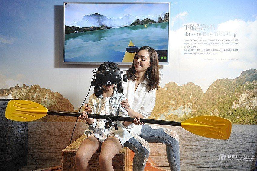 「下龍灣迷航」VR結合旅遊觀光,民眾手持獨木舟的船槳,擬真感受乘著獨木舟悠游下龍...