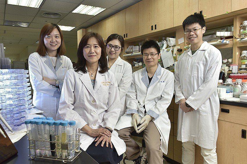 施信如教授(左二)所率領的研究團隊,成果屢獲國際肯定。 長庚大學/提供