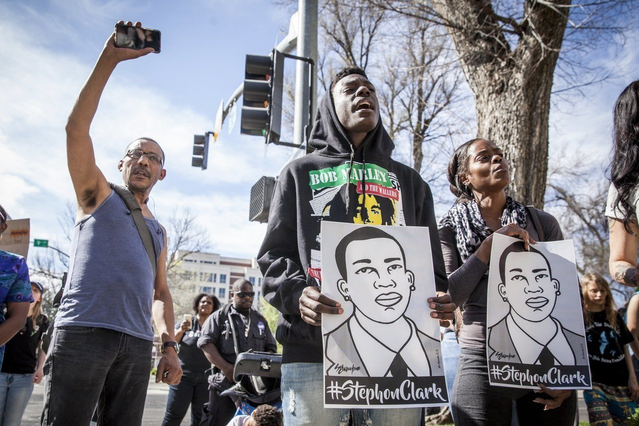 美國兩個警察,10分鐘,20發子彈。又一個年輕非裔男子喪生,死在他祖母在加州首府...