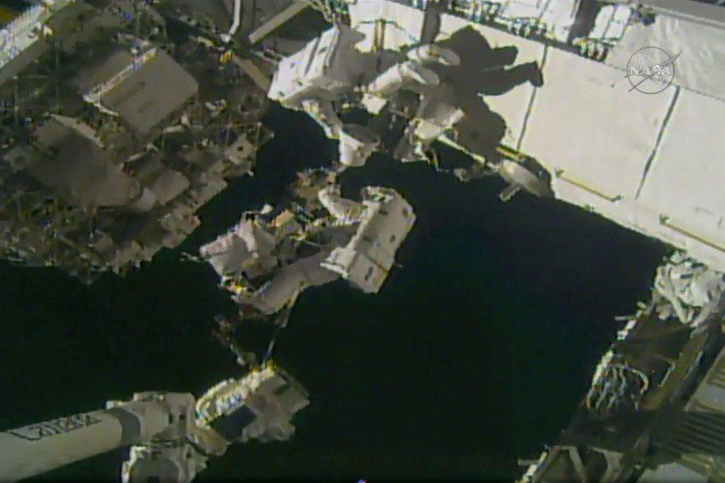 美國國家航空暨太空總署(NASA)提供的畫面顯示,兩名美國太空人29日完成了漫長...
