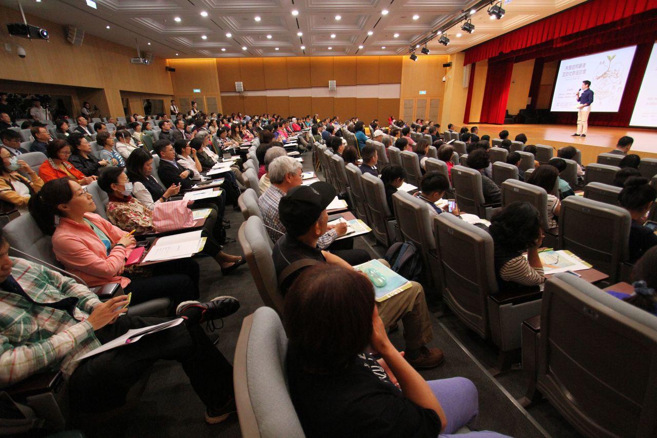 台灣受恩公司舉辦「失智症照顧者互助社群座談會」,邀請長期為失智症付出關心與深入研...