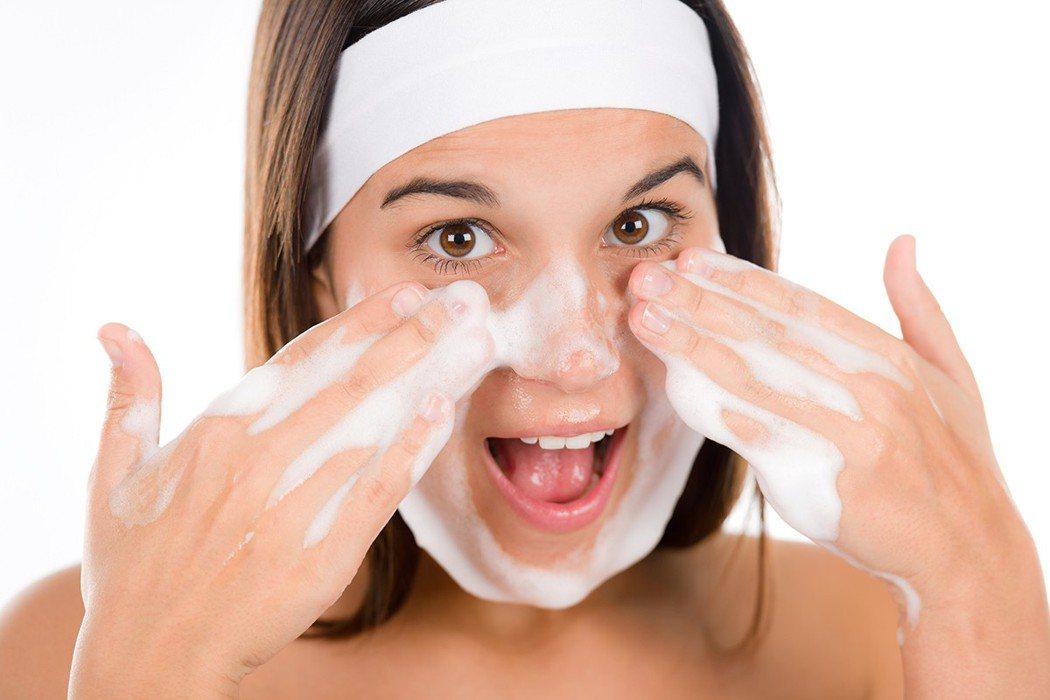 標榜具有超強洗淨力的洗面乳,洗完臉部有緊繃感,才是徹底清潔? 圖片/ingima...