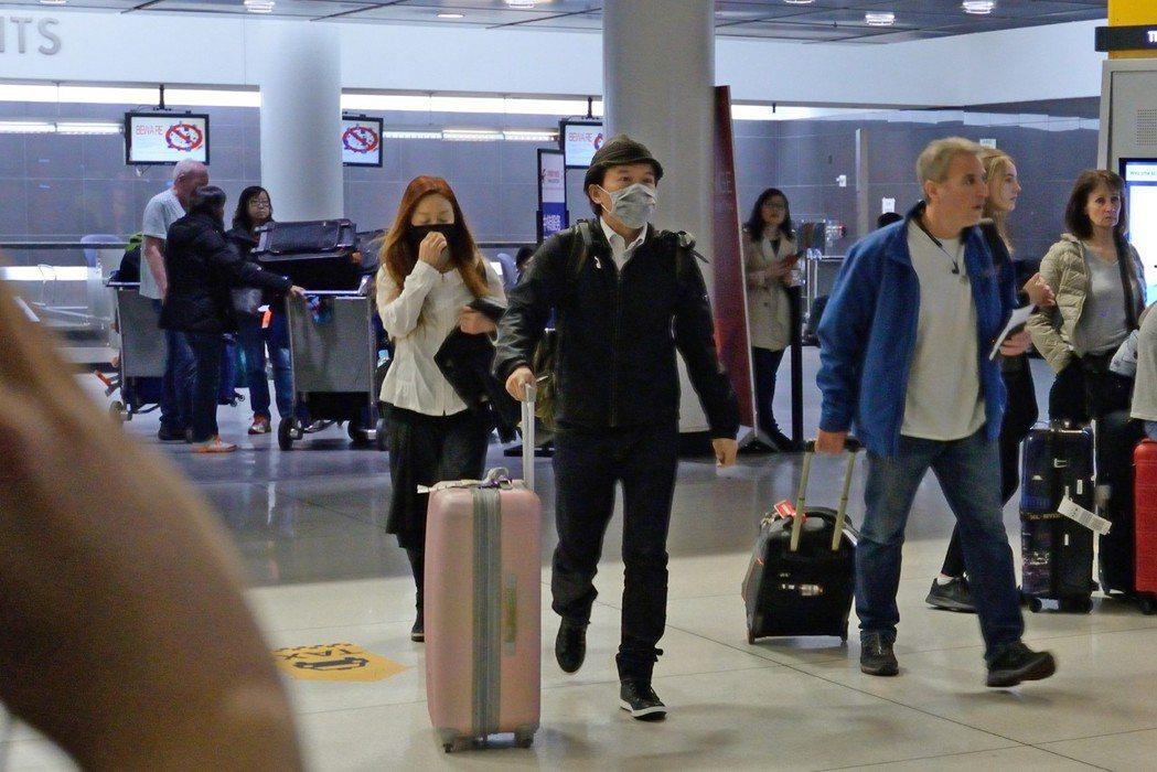 孫鵬、狄鶯抵達紐約,快步離開甘迺迪機場。記者朱澤人/攝影