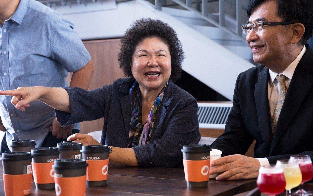 高雄巿長陳菊邀請參加記者會的貴賓們一起坐在路易莎咖啡,品嚐好喝的咖啡。