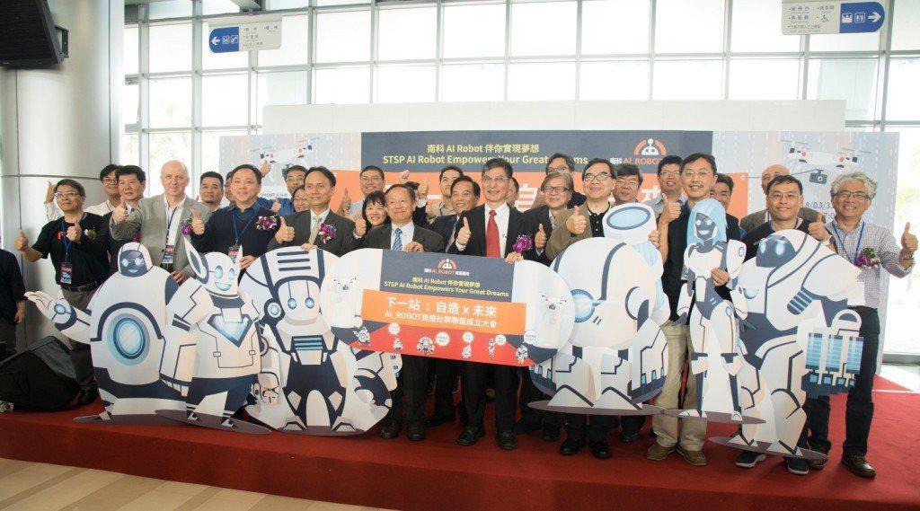 科技部部長陳良基與各社群及計畫召集人合照。 南科管理局/提供。