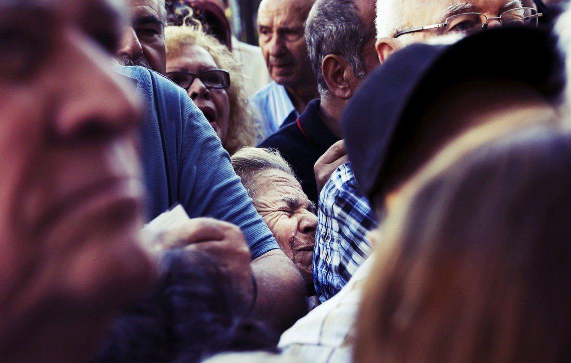 破產危機中,希臘銀行的擠兌人潮。 圖/路透社