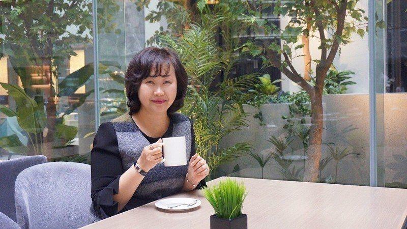 台北王朝總經理趙瑞蓮,坐在館內一樓改裝後的自助餐廳SUNNY BUFFET,享受...