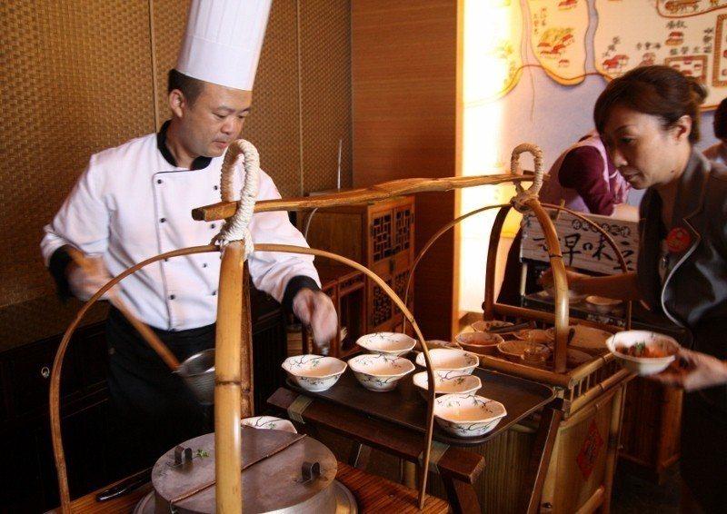 府城食府的擔仔麵桌邊服務。 府城食府/提供