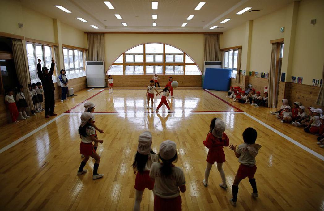 「團體比個人重要」的單一社會價值觀,助長了霸凌的風氣。日本是一個凸出的樁子會挨打...