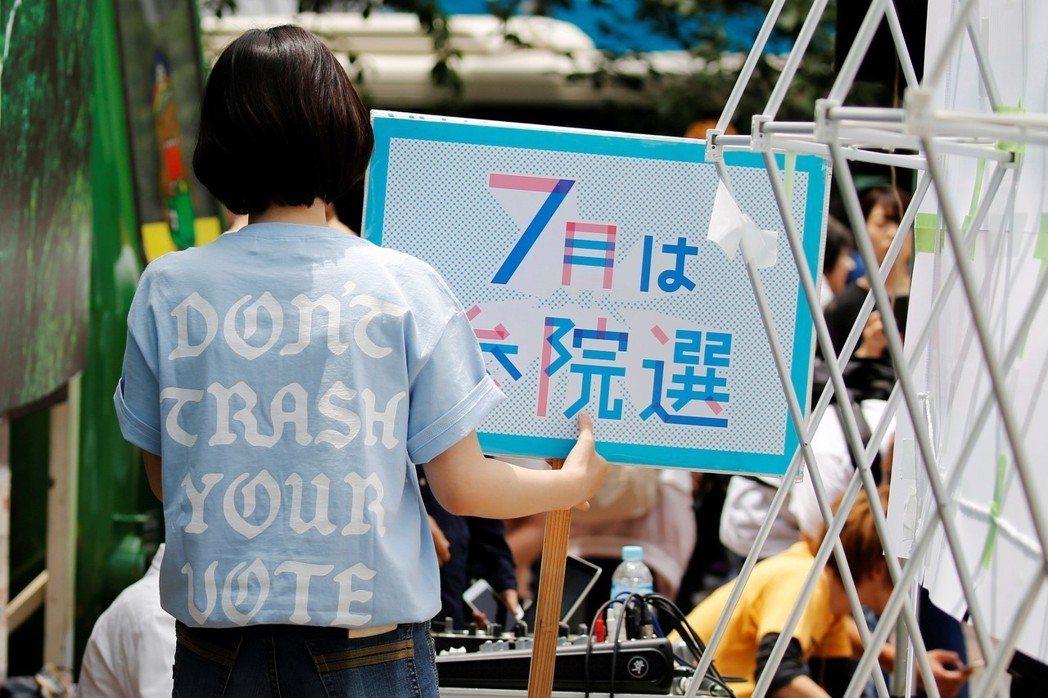 二〇一五年因反安保法制而興起的日本學運組織SEALDs,就是一個缺乏與上一個世代...