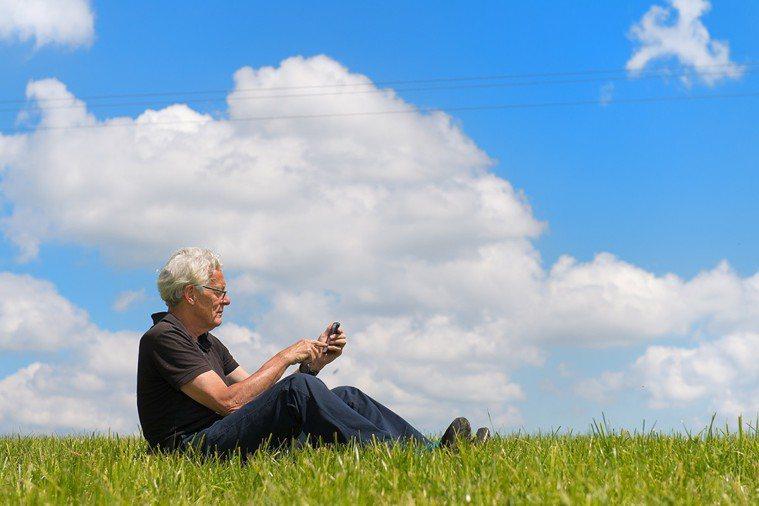 老年人應保證每日1小時的戶外活動,因為陽光是維生素D產生的最好來源。 圖片/in...