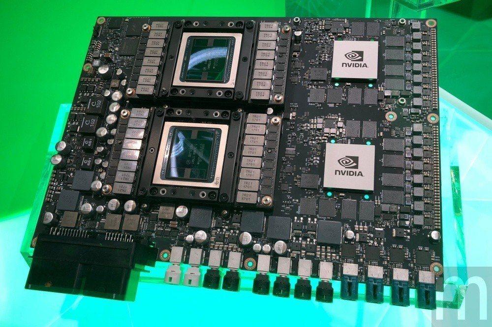 整合兩組Xavier運算架構,以及兩組Tesla V100顯示架構的超級車載電腦...