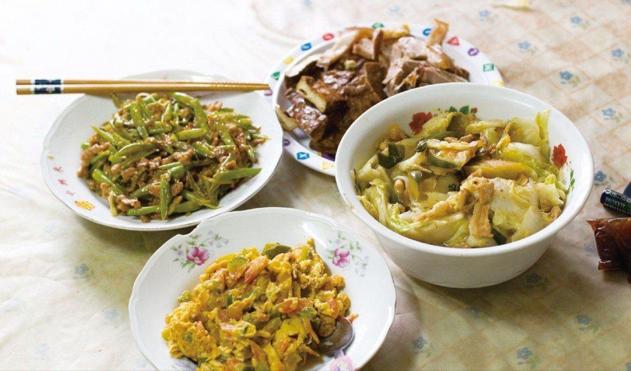 日常餐桌上的每道家常料理,都蘊涵著持家女性們過往的生命經驗和對好好過日子的基本想...