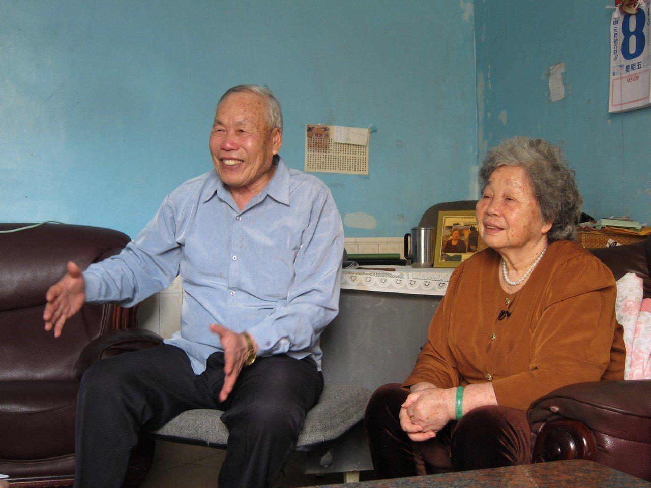 來自澎湖的涂楊鐉夫婦聊起當年以高粱煮稀飯的故事。