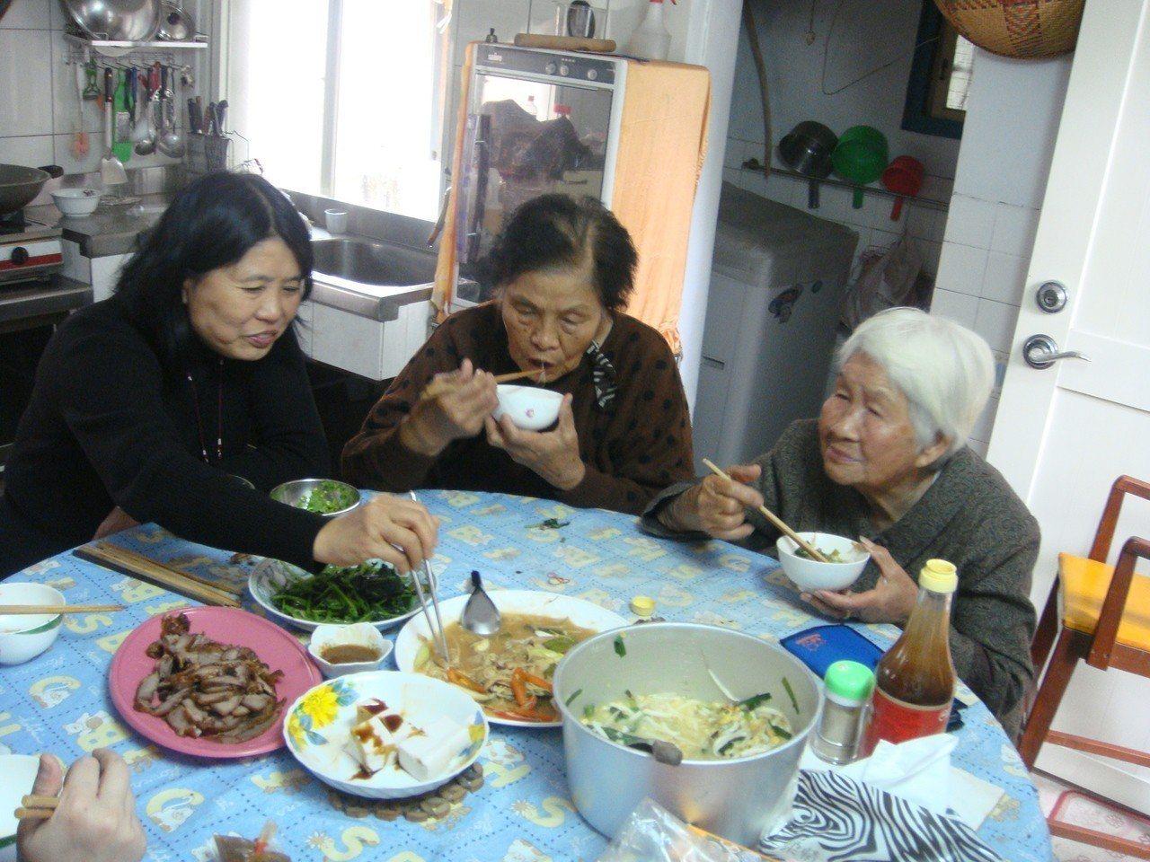 林鍾昭妹(右白髮者,拍攝時91歲)以手藝替代口述,告訴我們她在廚房的實驗與追求。