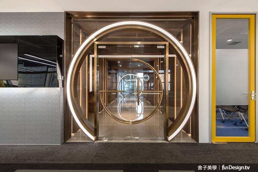 宛如裝置藝術的「光之門」,黃銅色澤顯得熠熠生輝。圖/舍子美學設計 提供