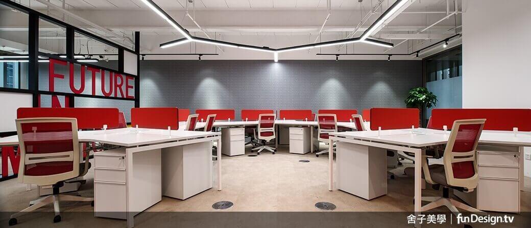 運用色彩來區別各部門的屬性,打破傳統制式辦公桌的設計。圖/舍子美學設計 提供