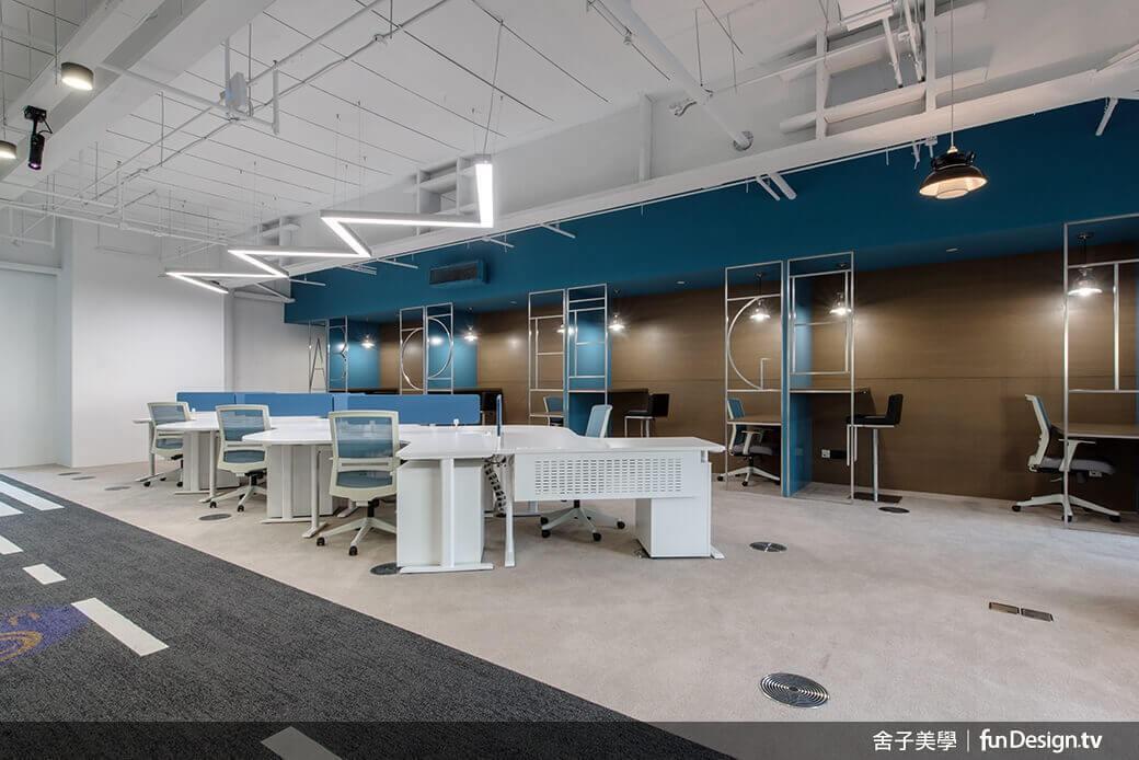 區隔辦公區與主管室的金屬字母窗框。圖/舍子美學設計 提供