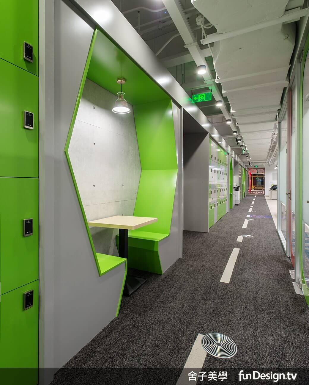 隱密的小邊桌,充分利用走廊過道空間。圖/舍子美學設計 提供