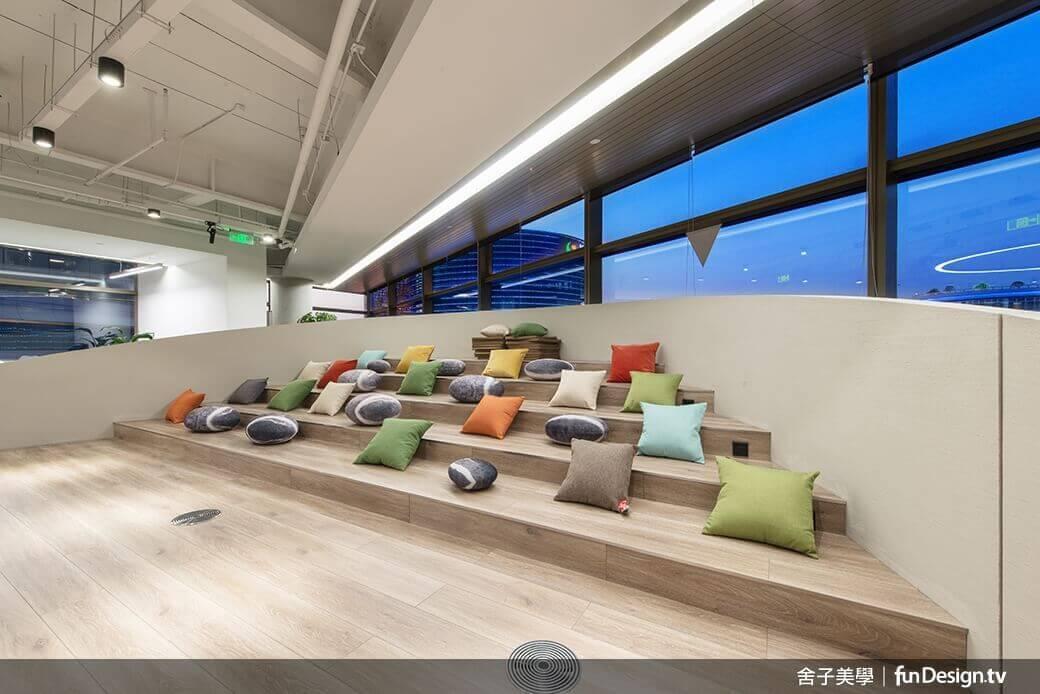 繽紛的彩色抱枕點綴於座位區,顯得十分親和。圖/舍子美學設計 提供