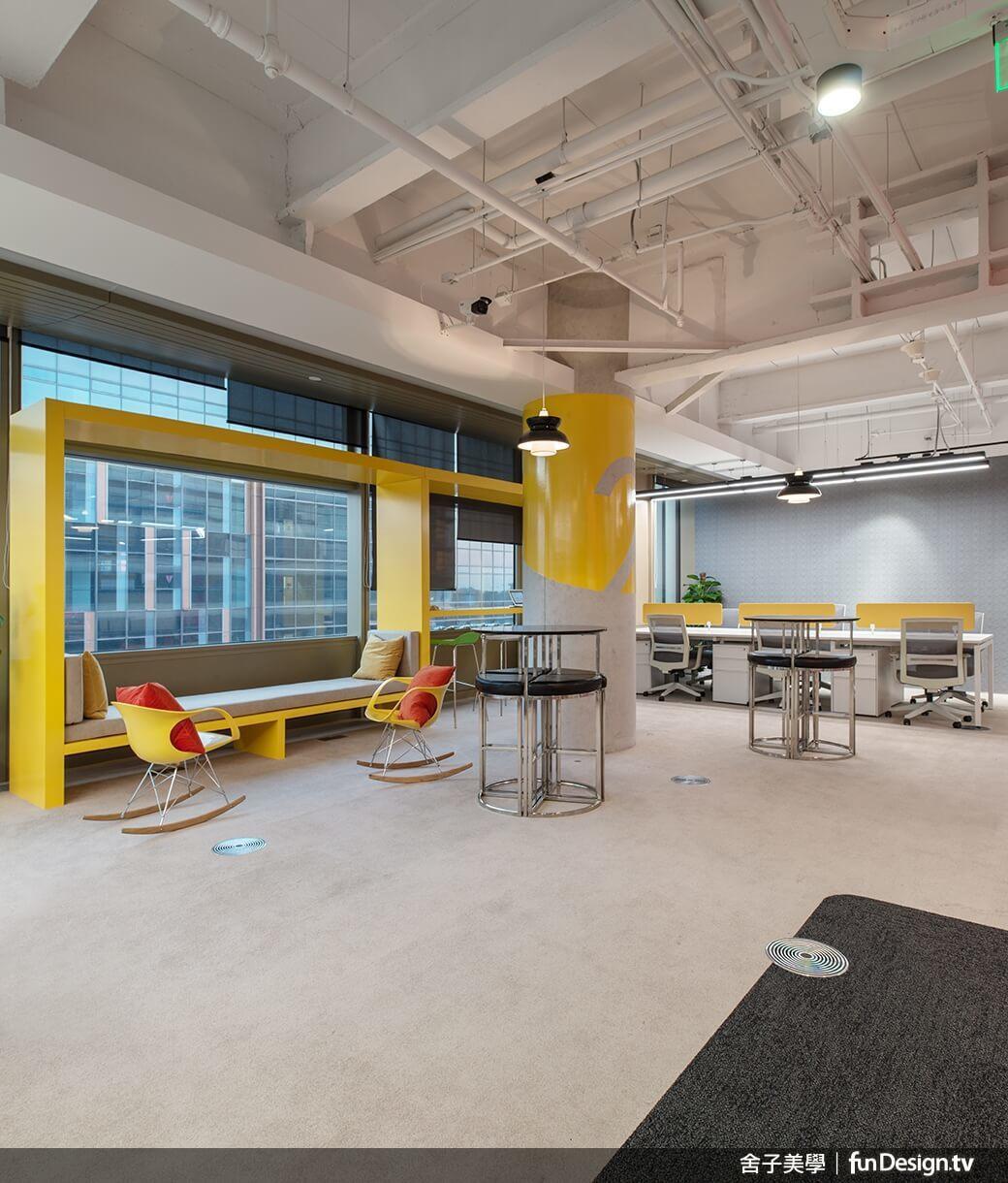 沙發區、辦公家具與站桌,讓人們得以不拘一格地隨地辦公。圖/舍子美學設計 提供