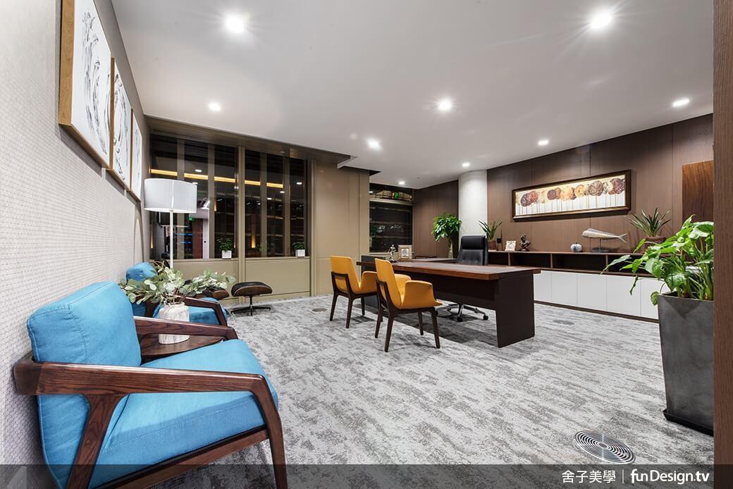 主管室亦渲染多元色系搭配,打造「高顏值」辦公場域。圖/舍子美學設計 提供
